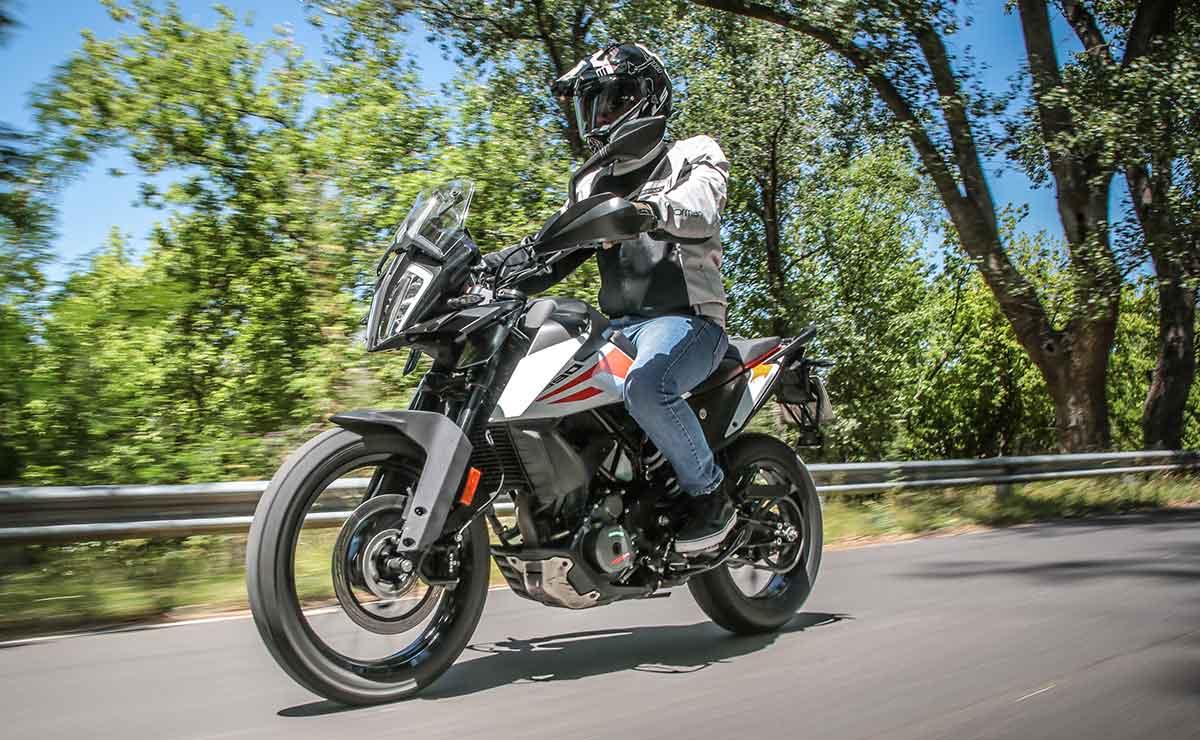 KTM 390 Adventure lateral derecho en ruta