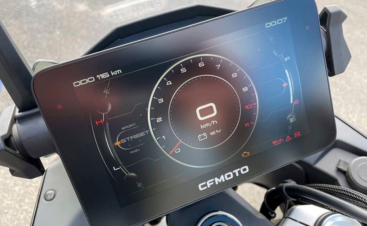 CFMoto 800 MT detalle pantalla tft instrumental
