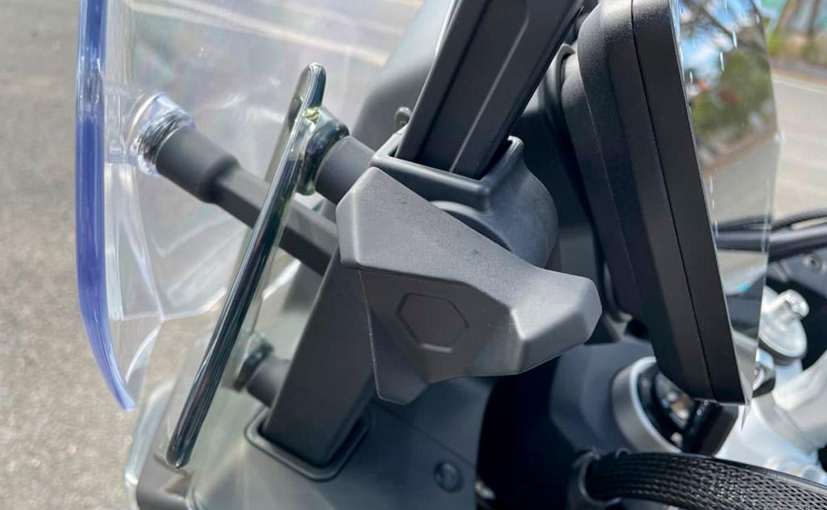 CFMoto 800 MT detalle regulacion parabrisas