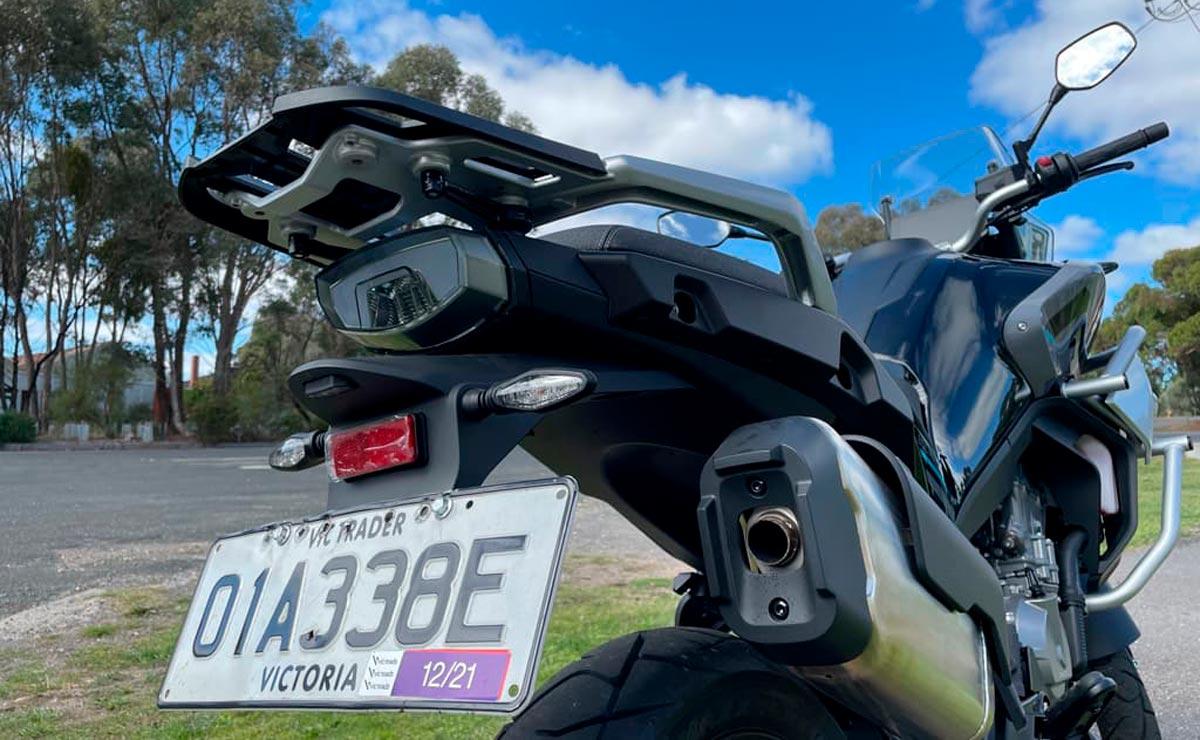 CFMoto 800 MT detalle vista trasera patente faro escape