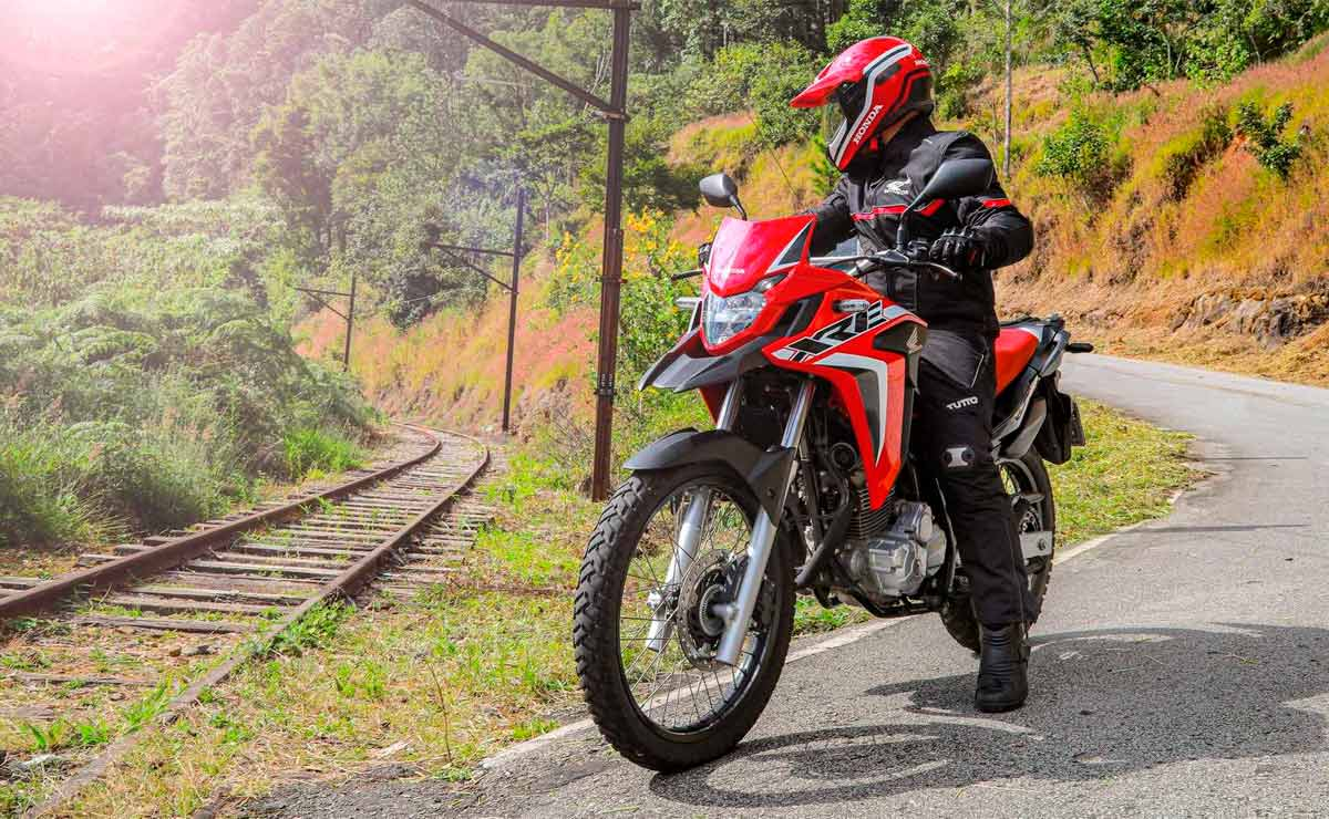 Honda XRE 300 2022 Rally roja accion