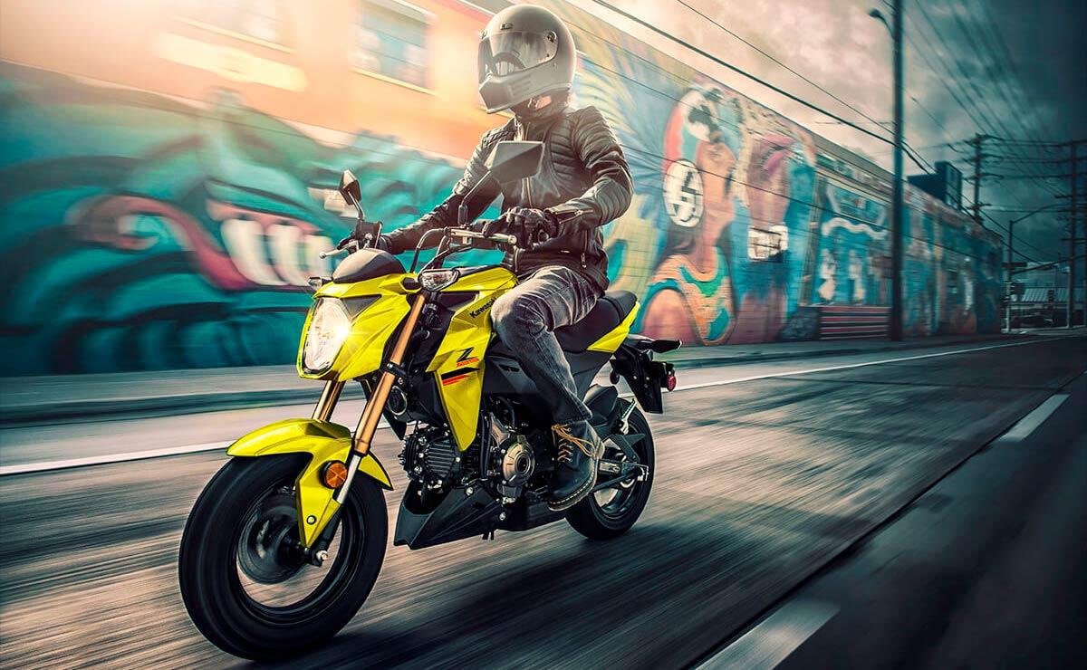 Kawasaki Z125 Pro amarilla accion lateral izquierdo