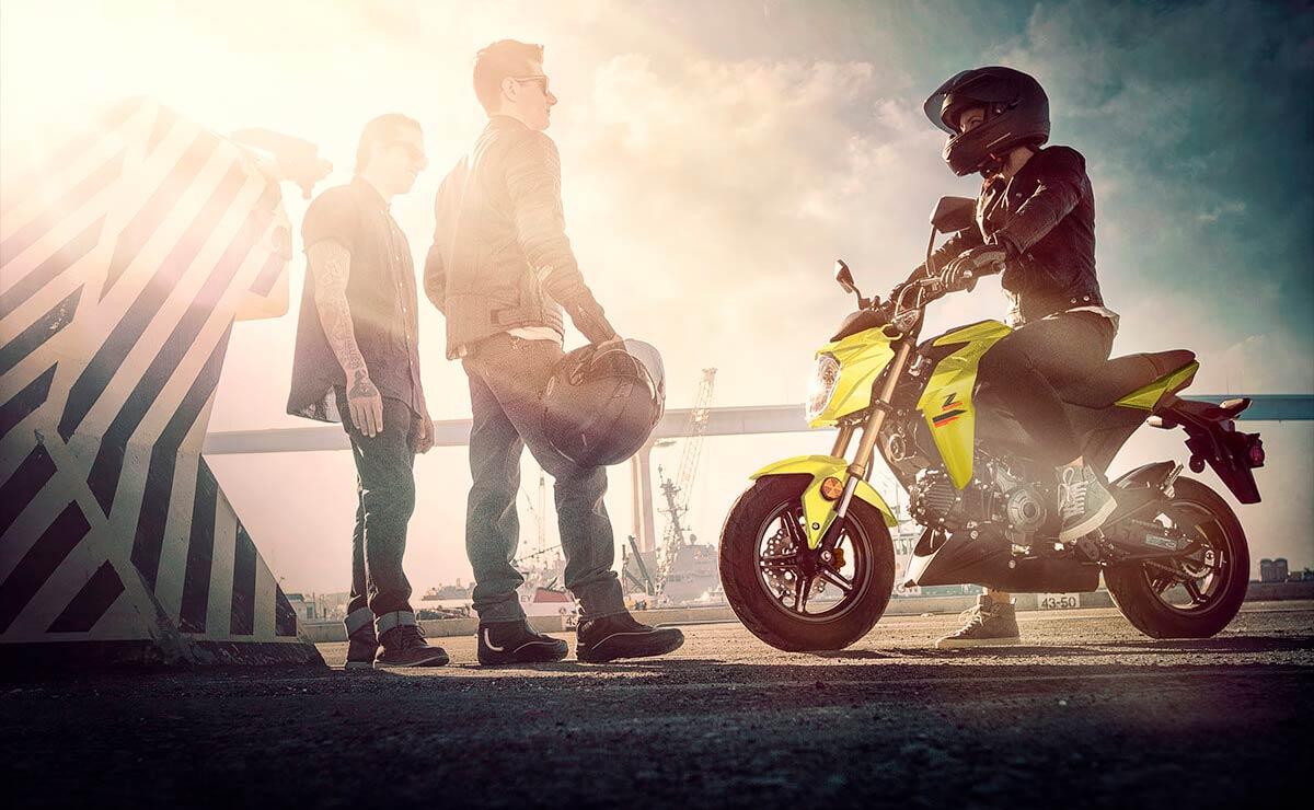 Kawasaki Z125 Pro amarilla piloto gente