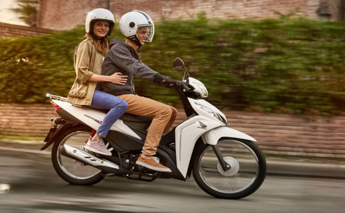 Moto cub piloto y pasajero accion portada cub´s mas vendidas