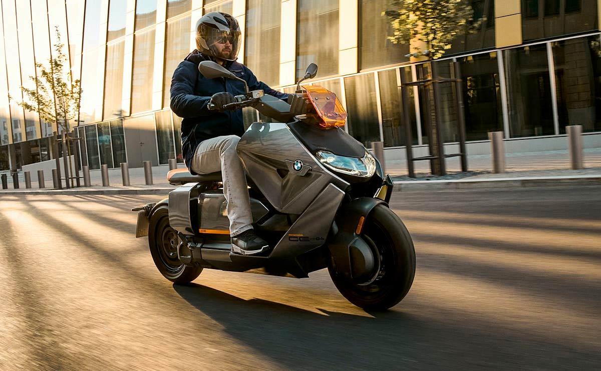 BMW CE-04 acción lateral derecho