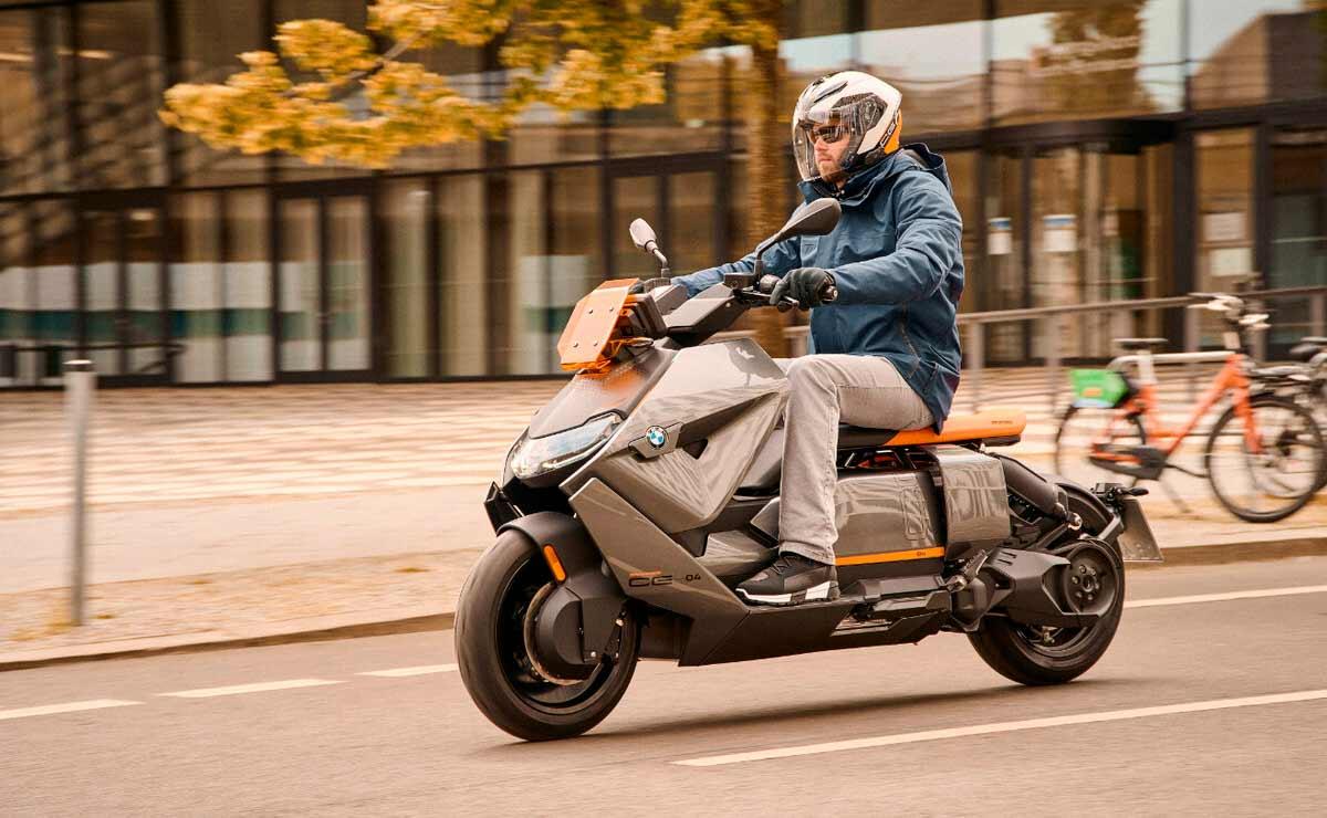 BMW CE-04 acción lateral izquierdo