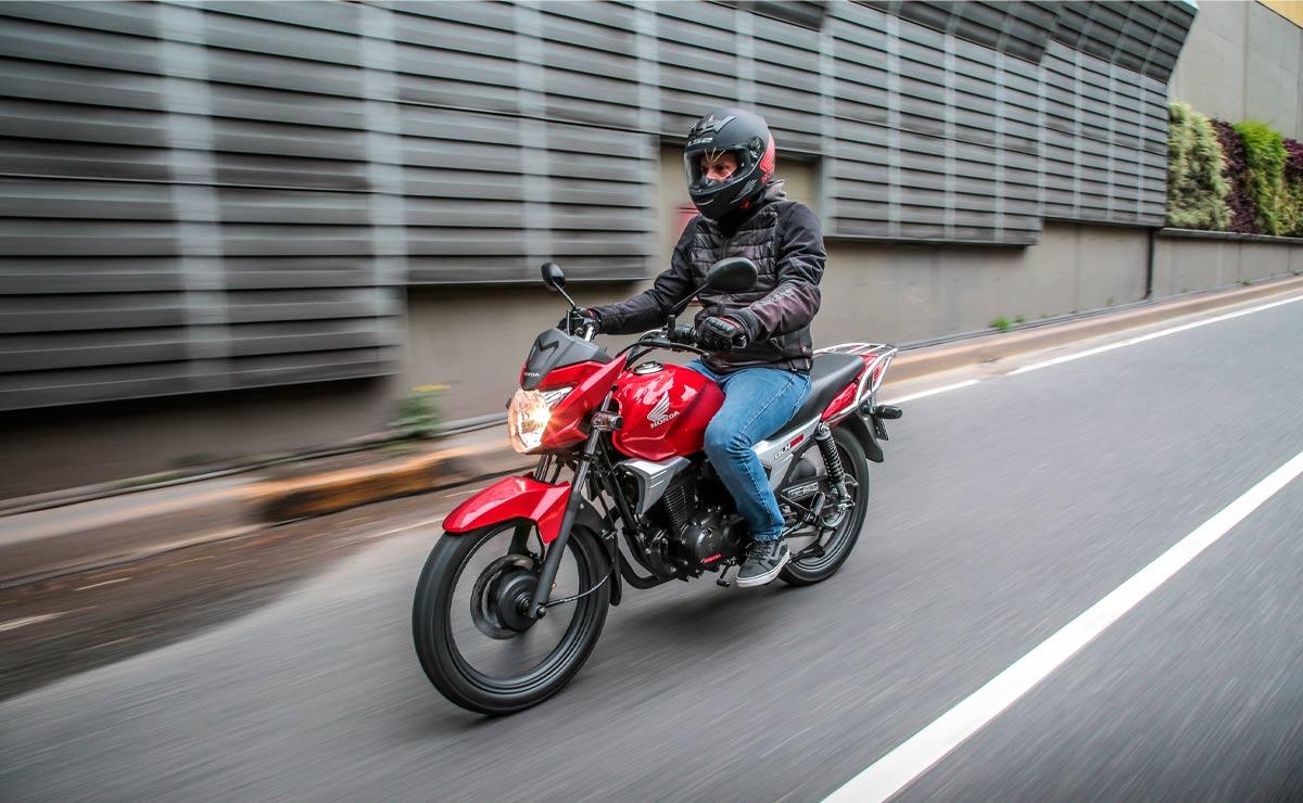 Honda gaucha GLH 150 roja acción lateral izquierdo bajada túnel