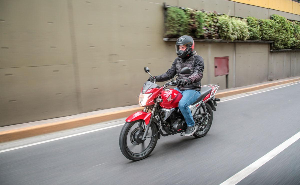 Honda gaucha GLH 150 roja acción lateral izquierdo