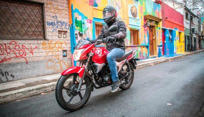 Honda gaucha GLH 150 roja acción pasaje