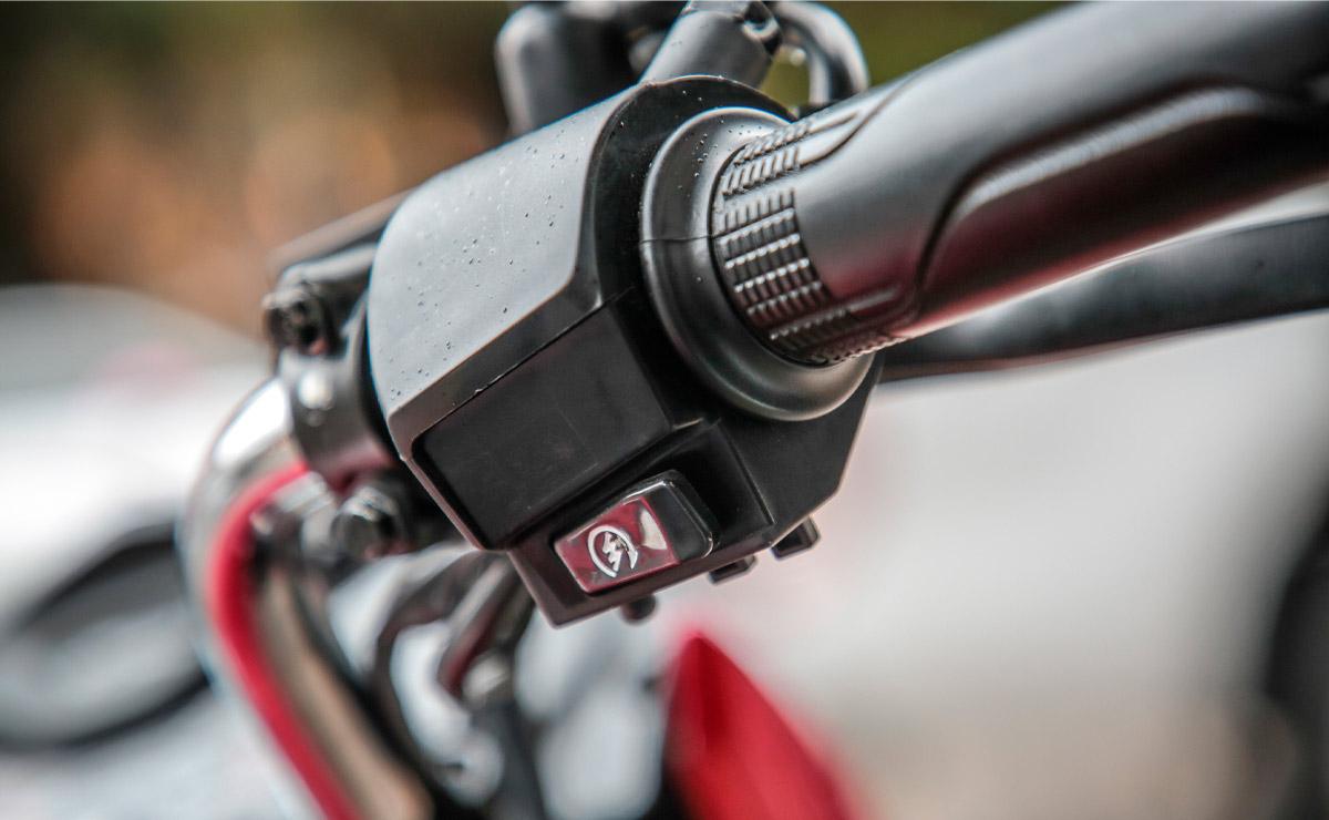 Honda gaucha GLH 150 roja detalle acelerador