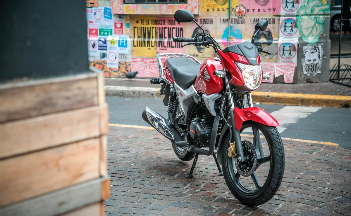 Honda gaucha GLH 150 roja parada caballete