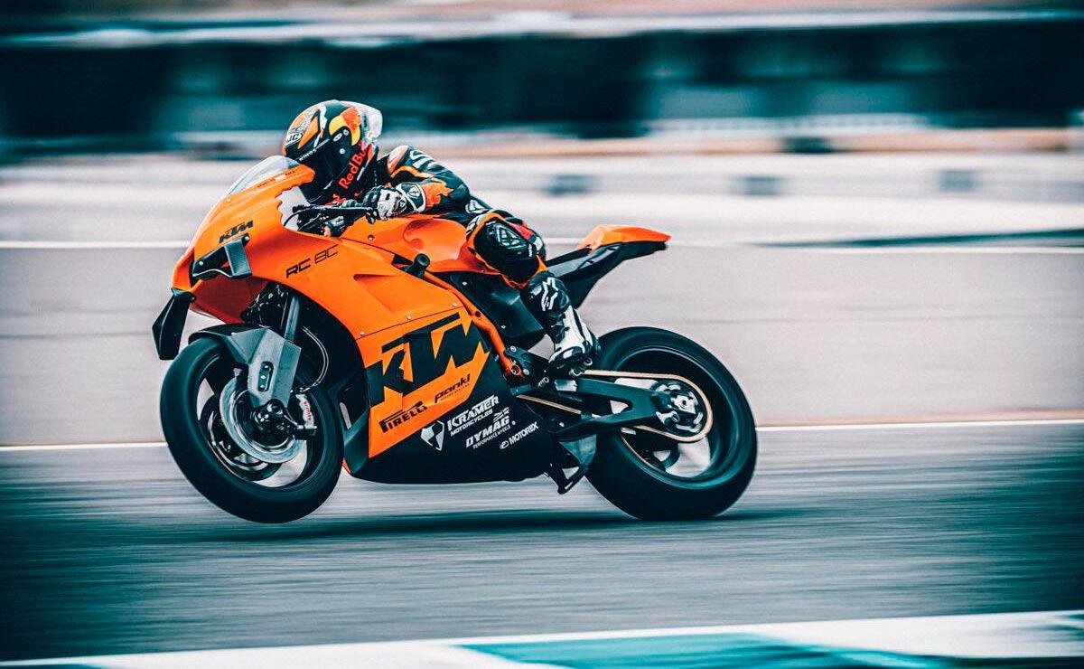 KTM RC 8C 2022 en circuito
