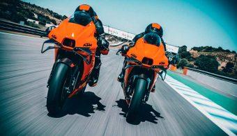KTM RC 8C 2022 frontal motos a la par en circuito
