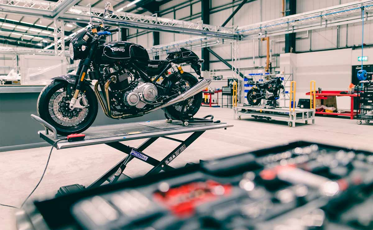 Moto Norton garage mecanico