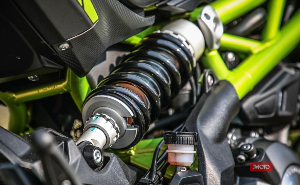 Benelli 302S verde detalle amortiguador trasero