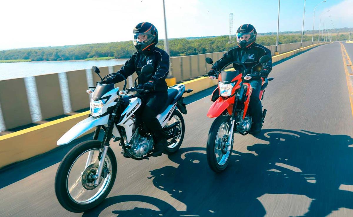 Honda NXR 160 Bros blanco y rojo acción