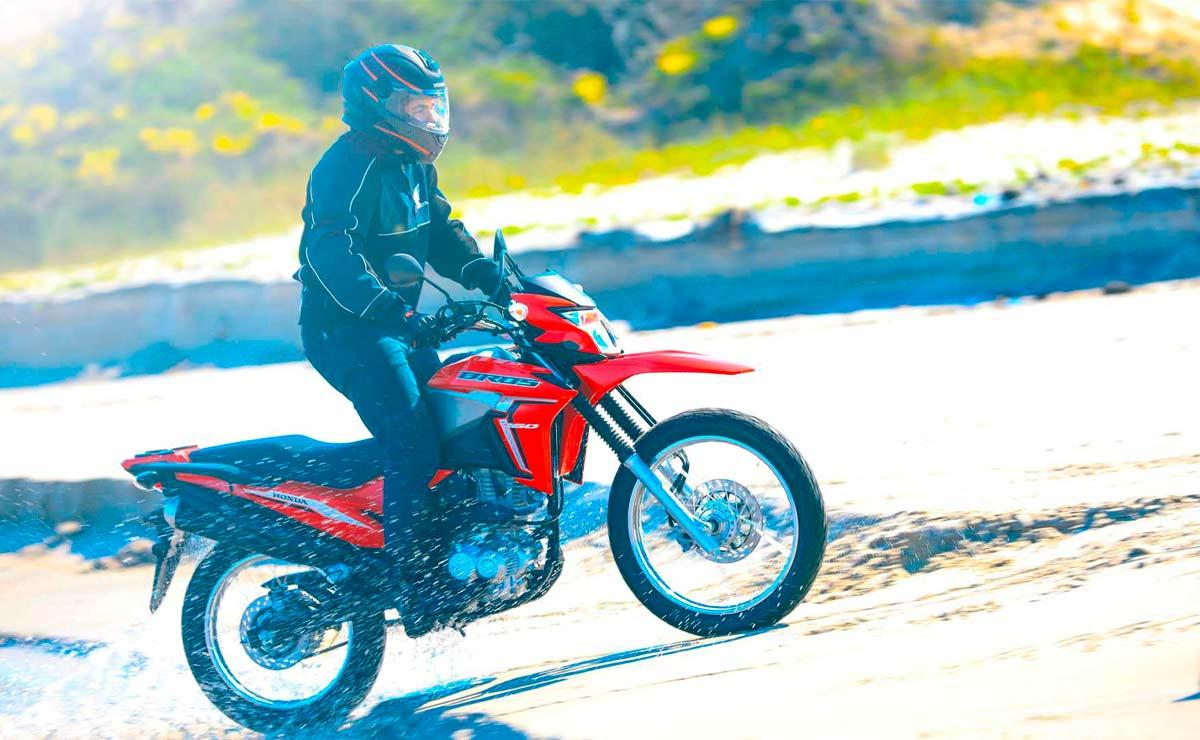 Honda NXR 160 Bros roja acción río