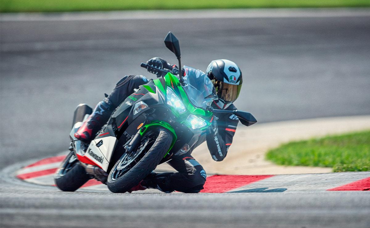 Kawasaki Ninja 400 KRT acción curva circuito lateral izquierdo