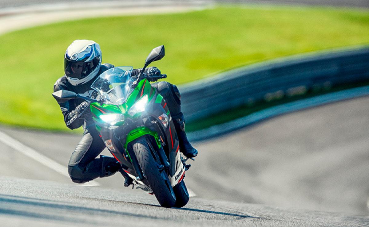 Kawasaki Ninja 400 KRT acción frontal faros