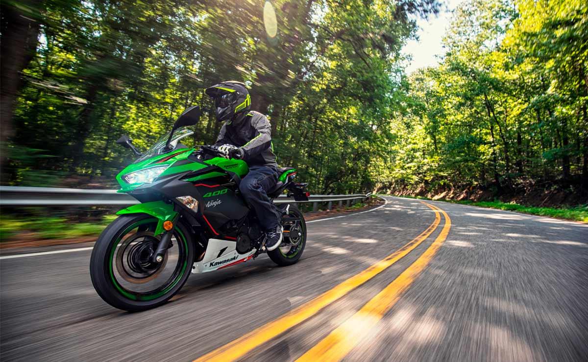 Kawasaki Ninja 400 KRT curva ruta paisaje