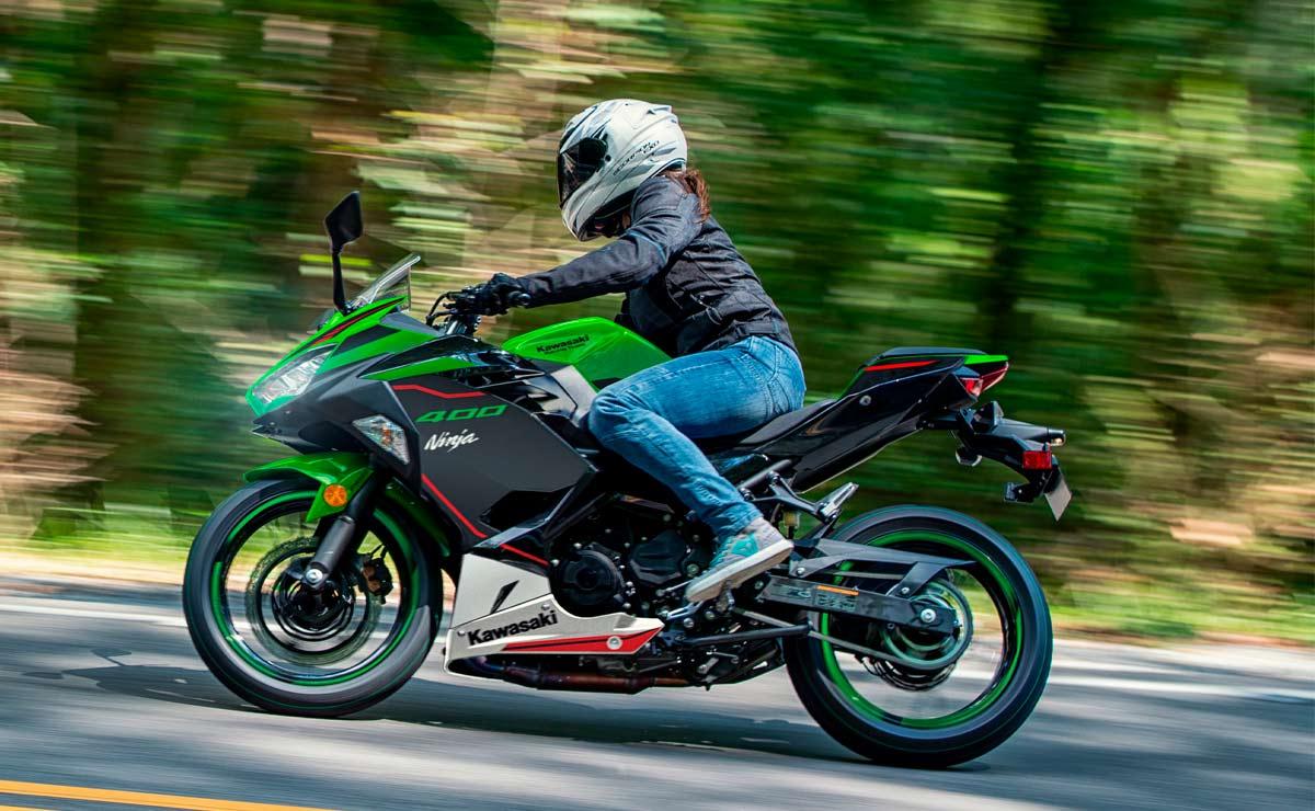 Kawasaki Ninja 400 KRT lateral izquierdo acción ruta naturaleza