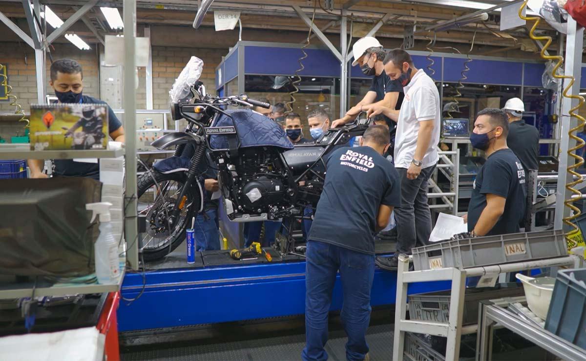 Royal Enfield llegó a Colombia operarios moto