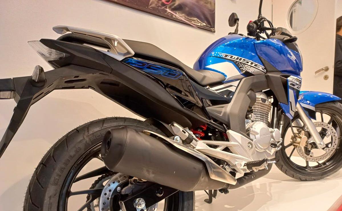 Honda CB250 Twister fabricación nacional detalle escape asiento