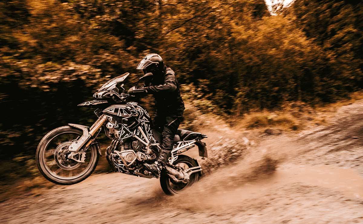 Triumph Tiger 1200 2022 acción campo