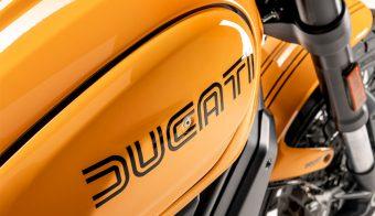 Ducati Scrambler 1100 Tribute PRO 2022 detalle marca tanque de combustible