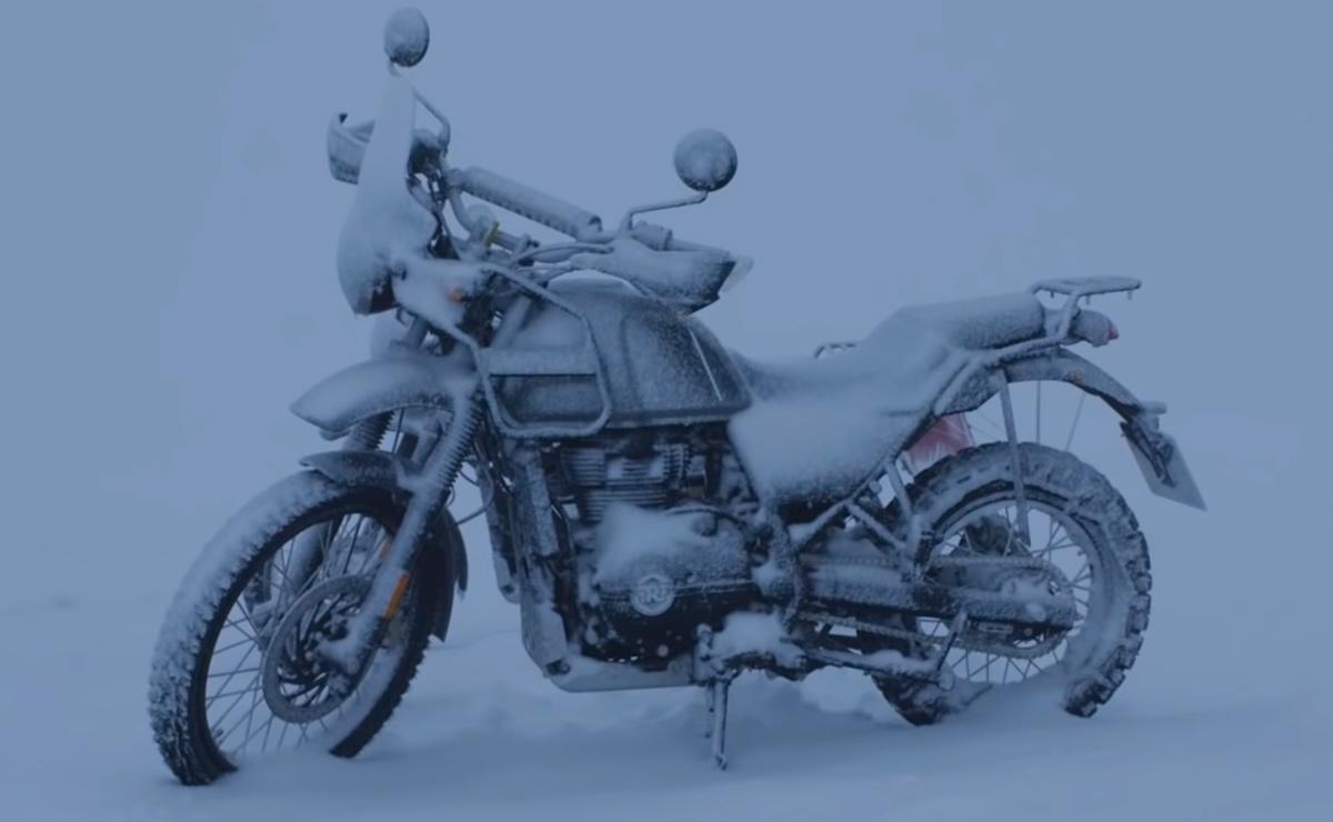Royal Enfield Himalayan cubierta de nieve