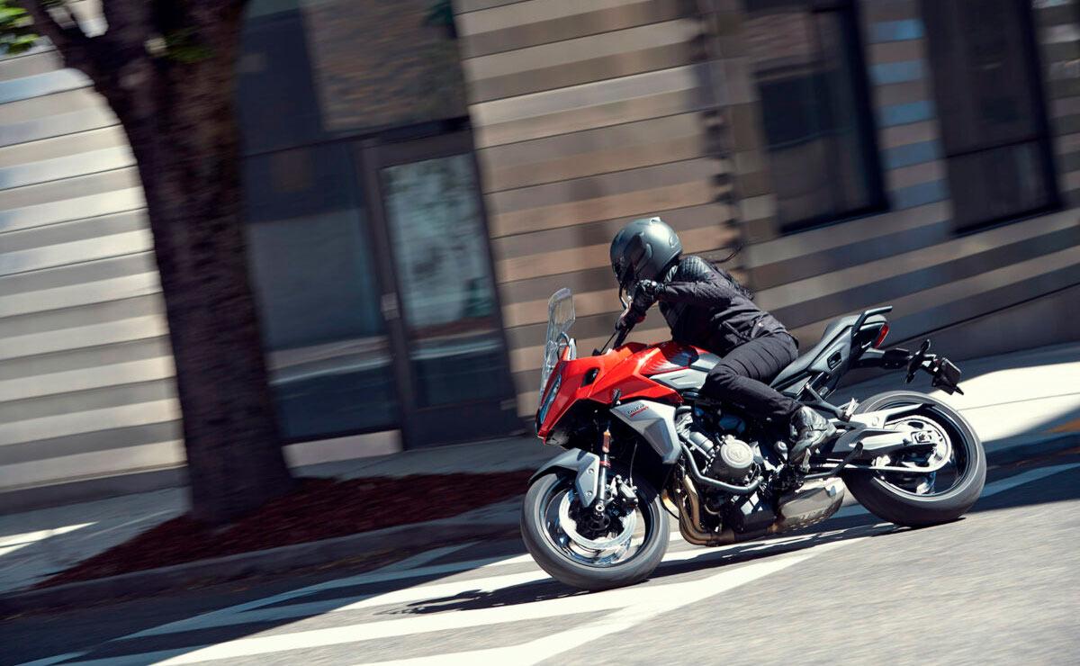 Triumph Tiger Sport 660 2022 roja acción curva ciudad