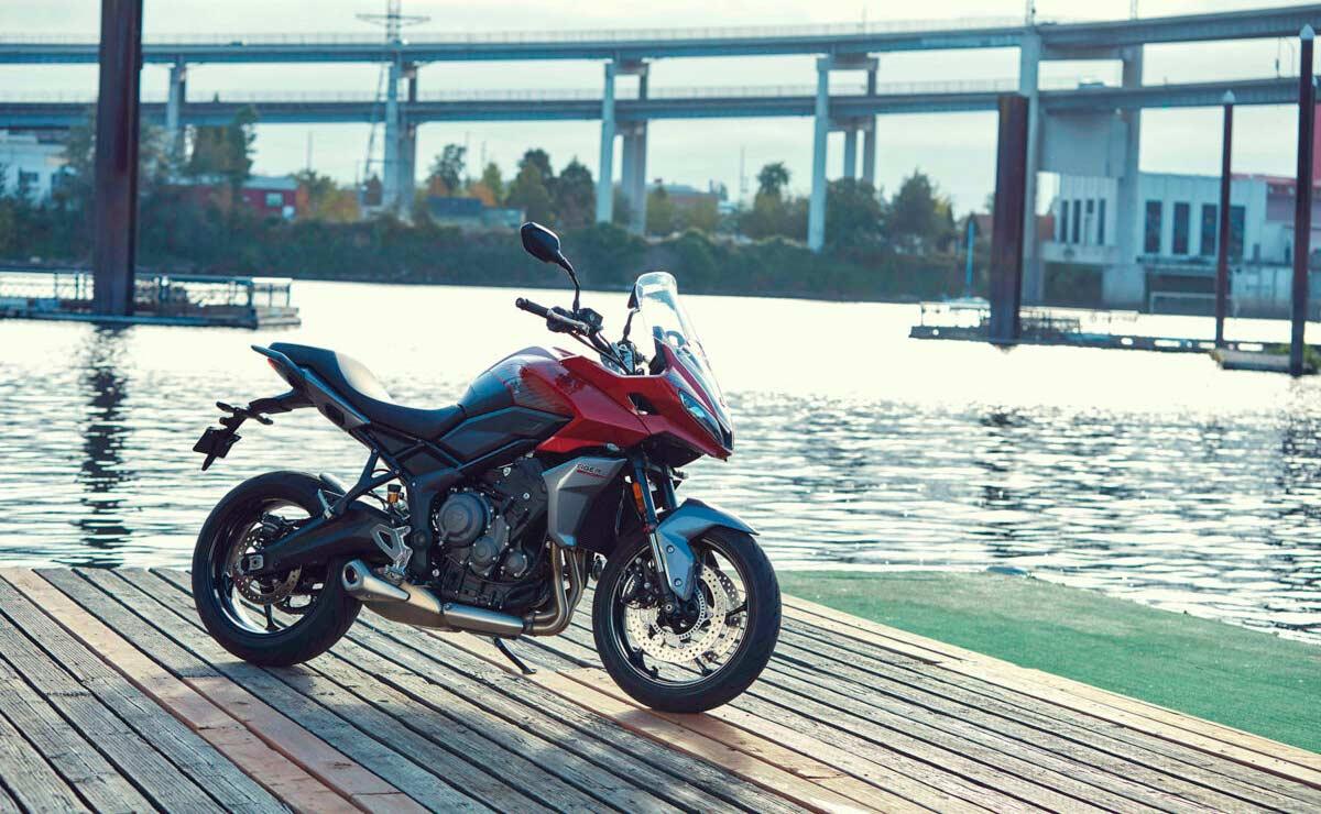 Triumph Tiger Sport 660 2022 roja estática fondo río